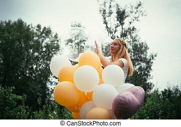 jong meisje, met, ballons, op, natuur, achtergrond