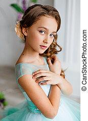 jong meisje, met, blauwe ogen, opmaken, en, hairstyle, in, sterke drank, turkoois, jurkje, in, studio, met, bloem, versiering