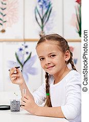 jong meisje, met, kiemplant, voor, studeren, in, biologie klas