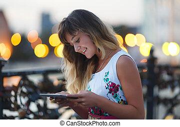 jong meisje, met, tablet, computer
