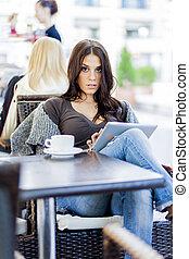 jong meisje, met, tablet, in, restaurant