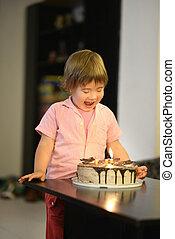 jong meisje, met, verjaardagstaart