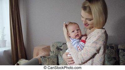 jong meisje, moeder, houden, baby, wiegen, weinig; niet zo(veel), home., haar