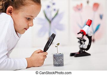 jong meisje, studeren, een, plant, groeiende, in, plastic, ontvanger