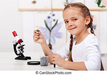 jong meisje, studeren, planten, in, biologie klas