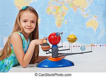 jong meisje, studeren, zonnestelsel, in, wetenschap klas