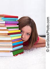 jong meisje, verbergen achter, boekjes