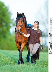 jong meisje, wandelende, met, een, paarde