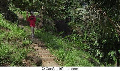 jong meisje, wandelingen, door, tropische , park, en, pa???e?, afbeeldingen, van, de, beauty, van, natuur
