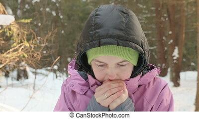 jong meisje, warms, op, de, handen, in, de, koude, winter, bos