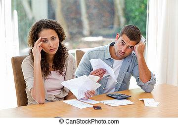 jong paar, het berekenen, hun, huiselijk, rekeningen