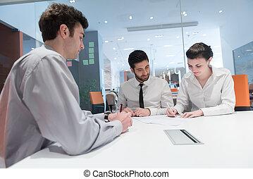 jong paar, het ondertekenen van contract, documenten, op, partners, back