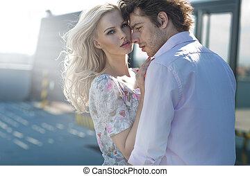 jong paar, het poseren, in, stedelijke scène