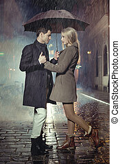 jong paar, het poseren, in, zware regen