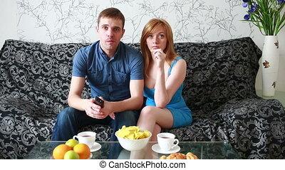 jong paar, het schouwen tv, op, een, sofa, thuis