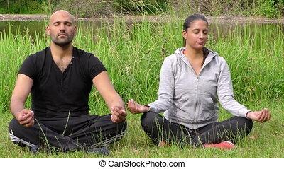 jong paar, in, natuur, meditatie