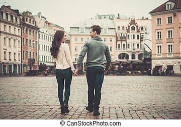 jong paar, in, oud, europeaan, stad
