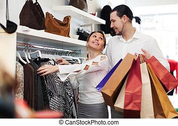jong paar, kies, kleren, op, mode, winkel