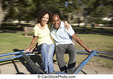 jong paar, paardrijden, op, rotonde, in park