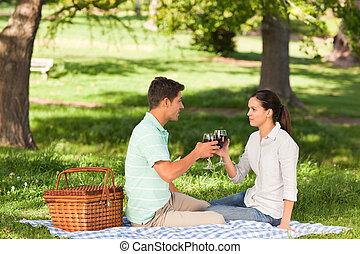 jong paar, picnicking, in het park