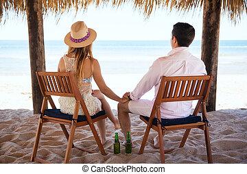 jong paar, relaxen, aan het strand