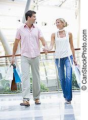 jong paar, shoppen , in, mall