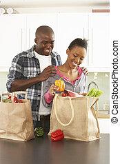 jong paar, uitpakken, shoppen , in, moderne, keuken