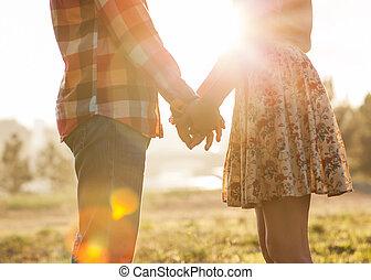 jong paar, verliefd, wandelende, in, de, herfst, de handen...