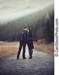 jong paar, wandelende, en, holdingshanden