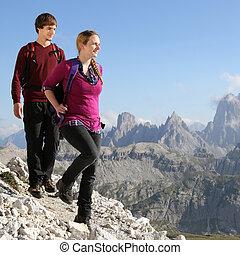 jong paar, wandelende, in de bergen