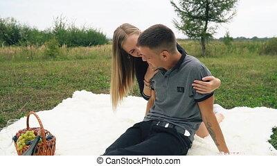 jong paar, zittende , op, wei