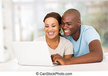 jonge, afrikaan, paar, gebruikende laptop, computer