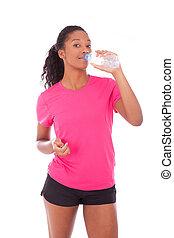 jonge, afrikaanse amerikaan, jogger, vrouw, drinkwater, vrijstaand, op wit, achtergrond