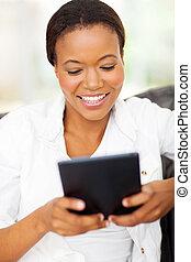 jonge, afrikaanse amerikaanse vrouw, gebruik, tablet, computer