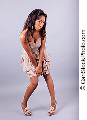jonge, afrikaanse vrouw, het poseren