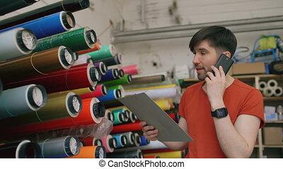 jonge, arbeider, in, magazijn, klesten, smartphone, en,...