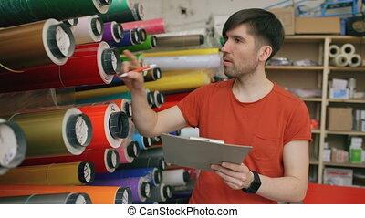 jonge, arbeider, in, magazijn, met, klembord, controleren,...