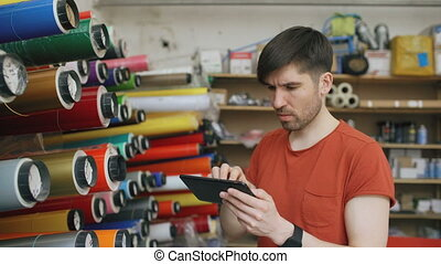 jonge, arbeider, in, magazijn, met, tablet, computer,...