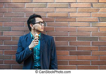 jonge, aziatische man, met, ijs