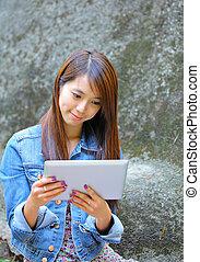 jonge, aziatische vrouw, met, tablet, computer, buiten