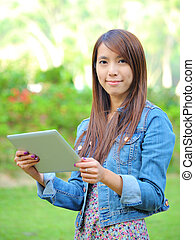 jonge, aziatische vrouw, met, tablet, computer