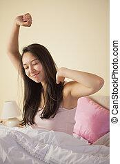 jonge, aziatische vrouw, stretching, in bed, in, de, morgen