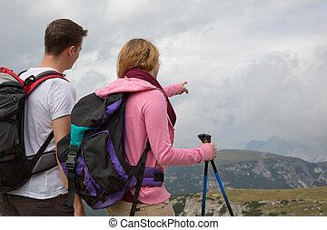 jonge, backpackers, grondig, de, bestemming, in de bergen