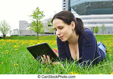 jonge, beauty, student, meisje, met, tablet, op, natuur, achtergrond