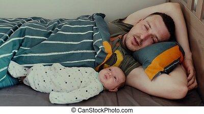 jonge, bed, pasgeboren baby, het liggen, man