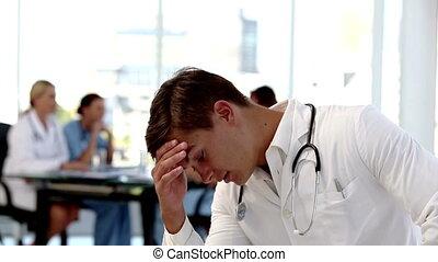 jonge, bezorgd, arts, vasthouden, zijn, hij