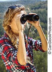 jonge, blonde, vrouw, toerist, op, een, klip, kijkend door verrekijkers, op, de, herfst landschap