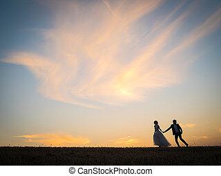 jonge, bruiloftspaar, gaat, op, een, akker