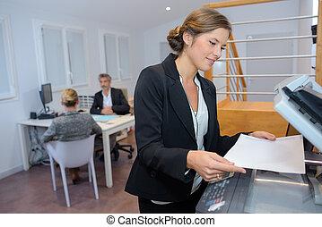 jonge, businesswoman, gebruik, photocopy machine, in, kantoor