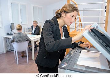 jonge, businesswoman, gebruik, photocopy machine, in,...